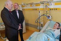 Plzeňský hejtman Václav Šlajs v Domažlické nemocnici.