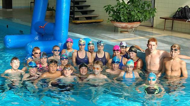 POSLEDNÍ TRÉNINK PLAVCŮ. Mladí plavci Jiskry Domažlice se sešli naposledy před zaslouženou prázdninovou pauzou. Za sebou mají skvělou sezonu, jednu z nejúspěšnějších v historii oddílu.