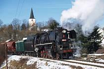 PARNIČKA U LOUČIMI. Loučimský kostel byl opět v záběru kamer a fotoaparátů. A to hlavně kvůli této parní lokomotivě.