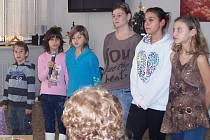 Děti ze staňkovského domova při vystoupení v Domažlicích.