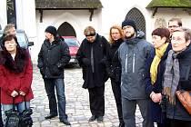 Domažličtí učitelé s několika bavorskými kolegy pozorně sledují úvodní slova průvodce.