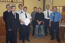 Soutěžící družstva bělských hasičů při jejich verzi pořadu Prostřeno.