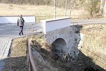 PUCLIČTÍ nechali opravit most ke tvrzi.
