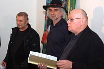 Vernisáž výstavy Leo Schötze v domažlické galerii.
