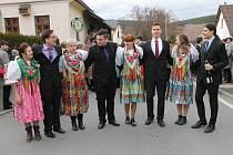 Kytičkový průvod na Postřekovském masopustu.