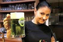 Vendula Vosátková se zeleným pivem.