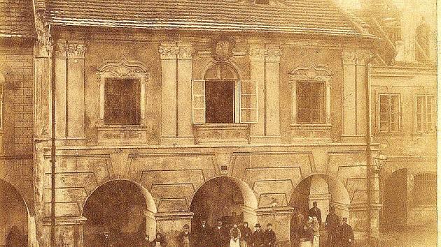 Původní budova radnice v Domažlicích byla zbořena v roce 1891.