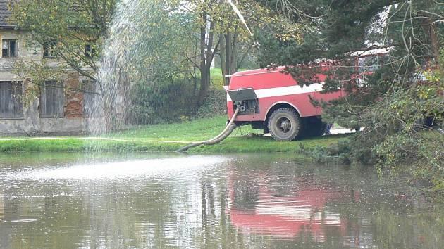 Do rybníku v Nemněnicích prosákla močůvka.