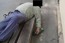 TŘI PROMILE. Téměř takovou hodnotu alkoholu naměřil orientační test v krvi 58letého muže, který spal před ZŠ Komenského.