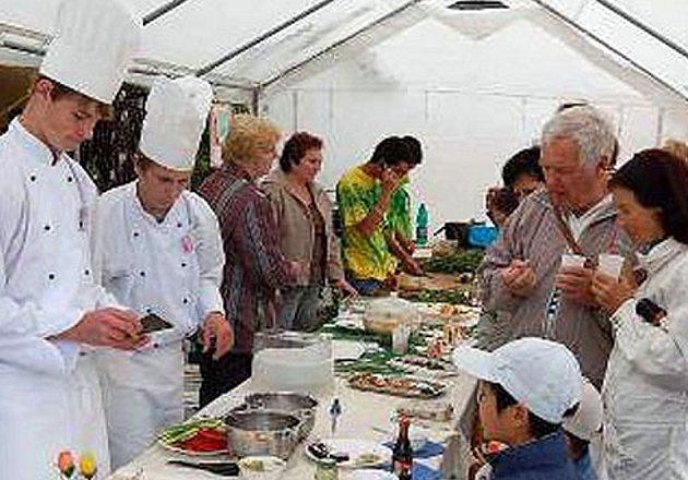 PŘEDVEDLI SVŮJ UM V PLZNI. Žáci škol z Hostouně, Staňkova a Horšovského Týna se postarali o tradiční menu i květinovou výzdobu Dnů japonské kultury v plzeňské zoologické zahradě.