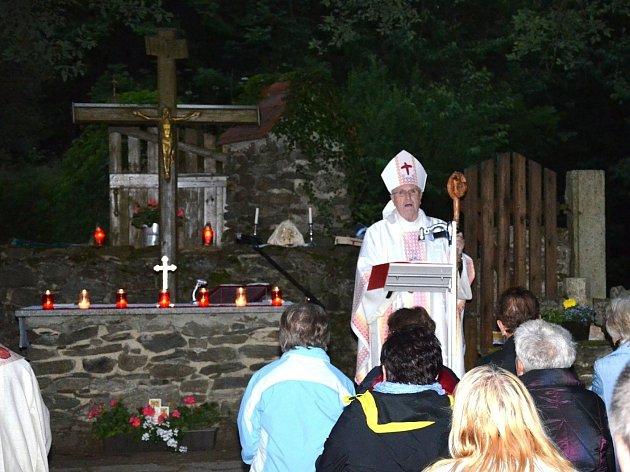 Ze mše svaté sloužené v sobotu večer na Pleši.