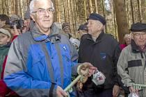 Petr Matějka každý rok tímto keramickým klíčem symbolicky odemyká a zamyká Českou studánku.