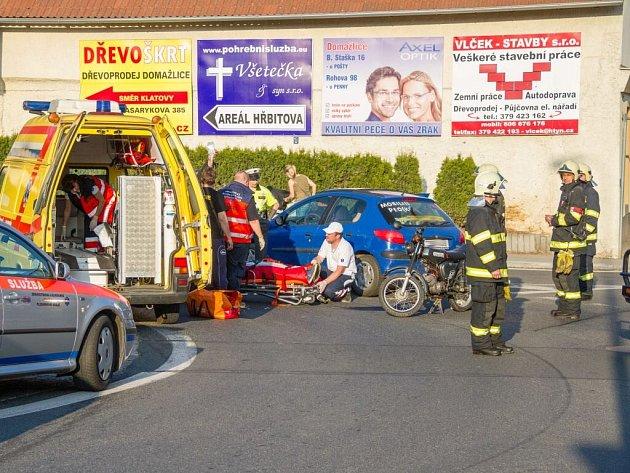 Srážka motocyklu s automobilem u Golema v Domažlicích.