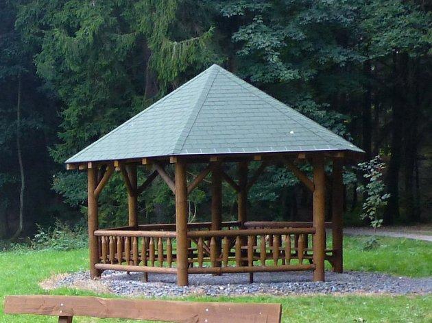 Dřevěné přístřeší poskytne úkryt turistům.