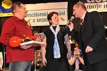 Holýšovská setkání s dechovkou patří mezi oblíbené pořady bývalé ředitelky. Na snímku Věra Šlejmarová s tradičním moderátorem Jaroslavem Kopejtkem (vpravo) a jubilejním třicetitísícím návštěvníkem Františkem Humlem.