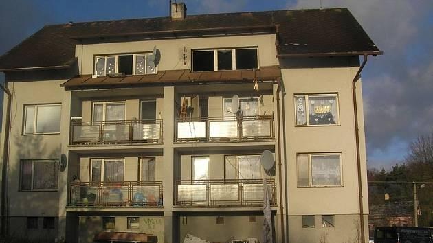 V tomto domě se při požáru udusilo dítě.