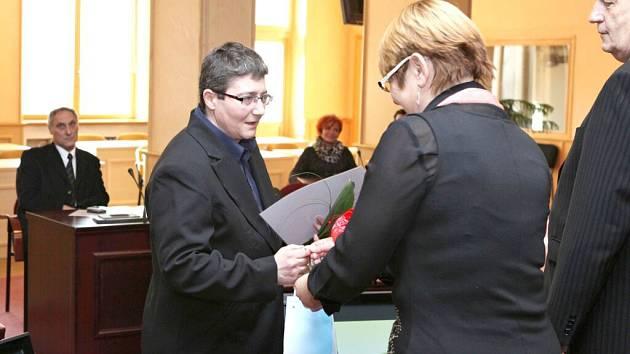 Petra Plzenská si přebírá ocenění.