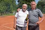 Tenisový Memoriál Jana Šturmy ml. 2020 na Babyloně - nejstarší dvojice (zleva) Jan Šturma st. a Pavel Ševčík.