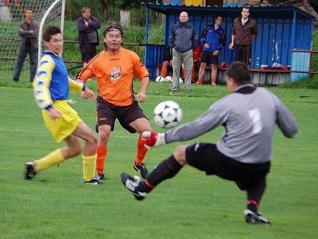 Václav Bezdička z Chodského Újezdu střílí gól do sítě Chodova.