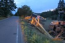 Nehoda traktoru s návěsem za Osvračínem.