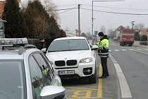 Od pondělí platí omezení pohybu obyvatel mezi okresy. Na dodržování opatření dohlížejí policisté.