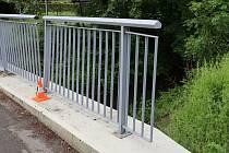 Neznámý řidič poškodil vozidlem kovové zábradlí, které je součástí mostu přes řeku Zubřinu.