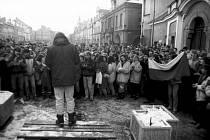 Na lavičce stojí zády Hynek Faschingbauer, iniciátor setkání v týdnu po Sametové revoluci v listopadu 1989.