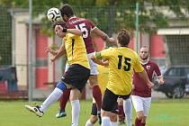 Fotbalisté Sokola Postřekov (v červeném) vyhráli v minulém kole I.B třídy okresní derby v Horšovském Týně (ve žlutém) 4:2 a vedou tabulku. V neděli je čeká další regionální derby doma proti pátému Spartaku Klenčí pod Čerchovem. Foto: Vojtěch Kotlan.
