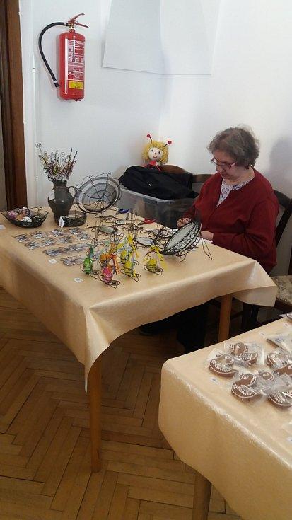 Jeden z výstavních sálů těsně před začátkem výstavy se zaměstnankyněmi MKZ.