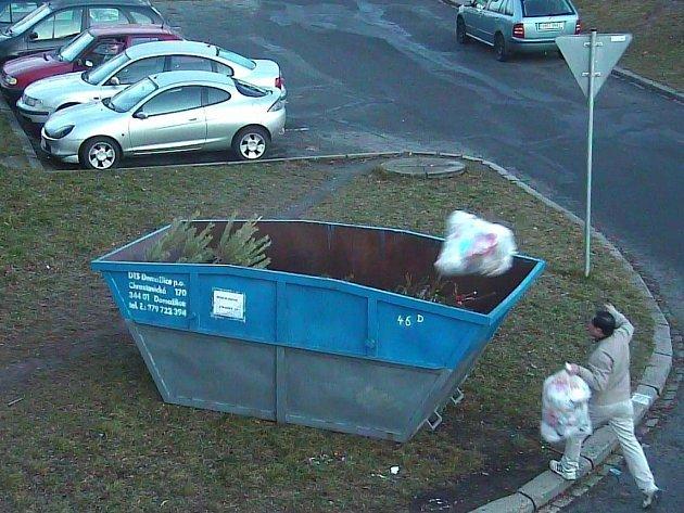 FOTOPASTI domažlickým strážníkům pomáhají odhalovat hříšníky, kteří do kontejnerů odkládají nepovolený odpad.