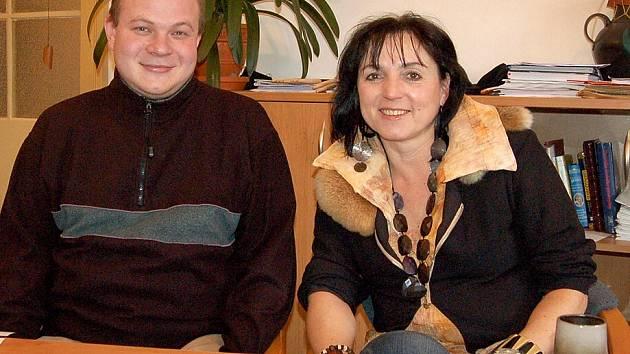 JIŘINA HOLOUBKOVÁ A JOSEF KUNEŠ ze ZUŠ Domažlice získali na Krajské soutěži ocenění za vzorné pedagogické vedení souboru.