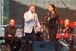 ZPĚVAČKA DASHA A JAZZOVÝ ZPĚVÁK JAN SMIGMATOR zazpívali nedávno také na akci Hudba bez hranic.