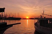CHORVATSKO. Všichni bychom rádi dojeli bez problémů na dovolenou a stejným způsobem i zpět. Na snímku západ slunce na Istrii v přístavu v Pula.