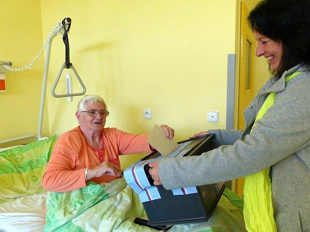 Druhý volební den měli možnost využít kpředání svých hlasů do přenosné urny ti, kteří jsou hospitalizováni vDomažlické nemocnici.