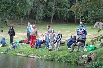 ZE ZÁVODŮ U HOLCE. Rybáři potřebovali tentokrát nejen spoustu trpělivosti, ale také teplé oblečení a ke konci závodu i deštníky. Někteří rybáři bez úlovku žertovali, že je ryby vůbec neruší.