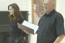 Edith Jeřábková s Václavem Sikou na vernisáži jeho výstavy.