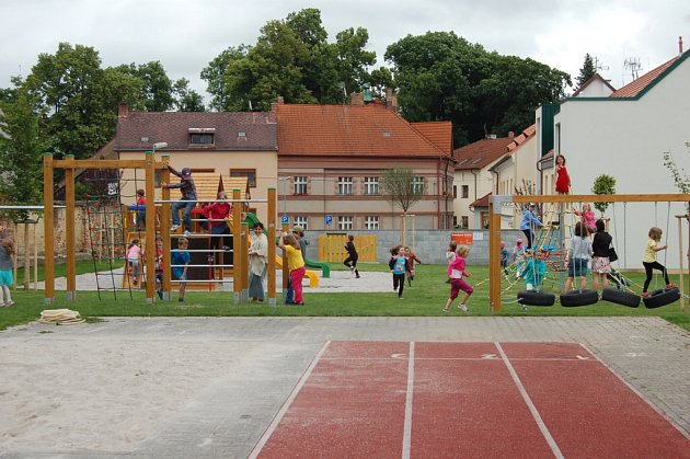 Nové hřiště bylo otevřeno v areálu ZŠ Komenského.