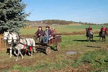 START HUBERTSKÉ JÍZDY v ÚBOČI. Jako první vyrazily povozy, za nimi pak jezdci na koních.
