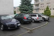 Auta na sídlišti parkují kvůli nedostatku parkovacích míst i na chodnících.