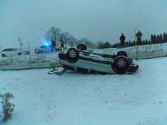 Řidič uklouzl na sněhu a vjel do plotu u pastviny.