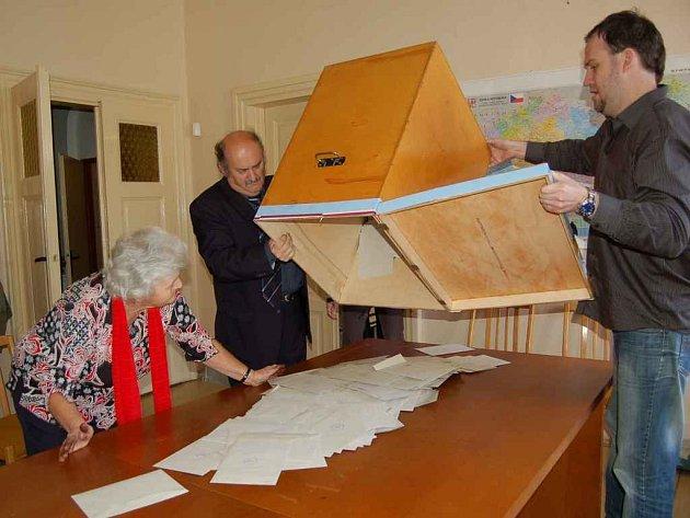 HODINA PRAVDY. Volební komise v Koutě na Šumavě vysypává z urny volební lístky. Zleva Marie Johánková, Jiří Bor a Aleš Sobotka.