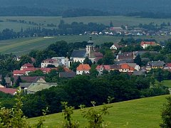 POHLED NA KLENČÍ Z DÍLŮ. Městysi vévodí kostel sv. Martina.