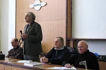 Za přesdsednickým stolem usedl výbor MO ČRS Kdyně (zleva) řídící schůze Václav Kruml, předseda organizace Josef Praštil, dále Josef Černý a Josef Holub.