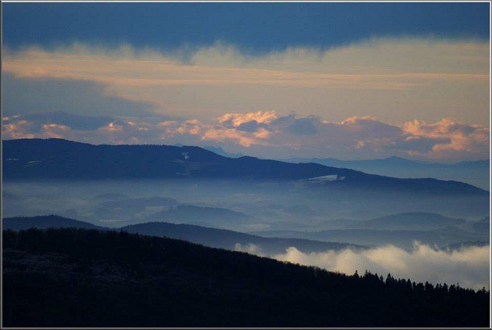 . Vpravo v pozadí pás rakouských Alp.