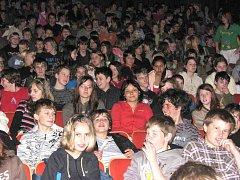 Stanislav Motl zavítal do Horšovského Týna a v místním kině promítl školákům svůj dokument Živý mezi mrtvými - zpověď bývalého člena Sonderkomanad Henryka Mandelbauma.