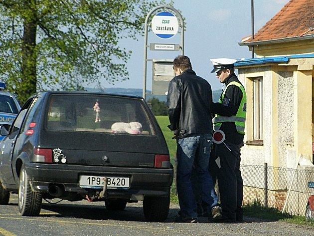 Policisté jsou na silnicích vidět stále častěji. Na snímku kontrola řidiče v Březí.