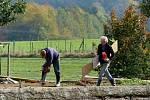 Začínají opravy petrovického rybníku.