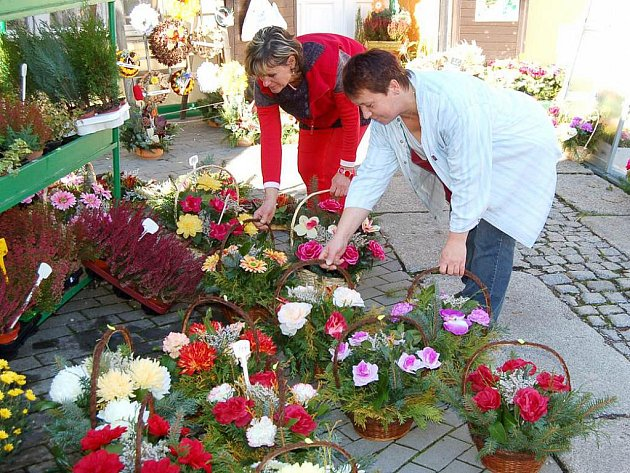Dušičkové květinové vazby jsou nyní nejprodávanějším zbožím v květinářských obchodech.