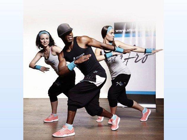 Afro-fitness. Uprostřed Vitor Tavares Mendes, vpravo Lucie Ženatá.