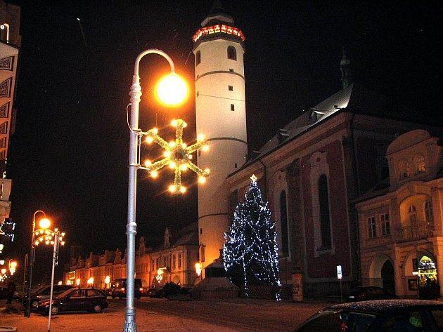 Denně se na šikmé domažlické věži arciděkanského kostela rozeznívá Adventník
